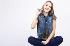 Retrato del adolescente caucásico sonriente con los soportes de los dientes Fotografía de archivo