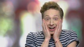 Retrato del adolescente chocado feliz metrajes