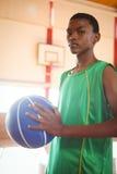 Retrato del adolescente con baloncesto Imágenes de archivo libres de regalías