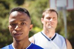 Retrato del adolescente con el amigo en fondo Fotos de archivo libres de regalías