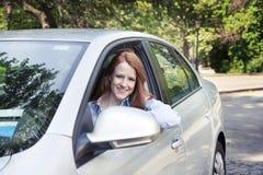 Retrato del adolescente con el nuevo coche Foto de archivo libre de regalías