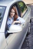 Retrato del adolescente con el nuevo coche Fotos de archivo