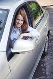 Retrato del adolescente con el nuevo coche Imagen de archivo libre de regalías