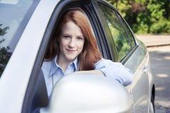Retrato del adolescente con el nuevo coche Imagenes de archivo