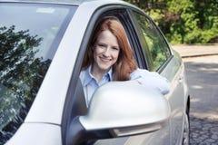 Retrato del adolescente con el nuevo coche Foto de archivo