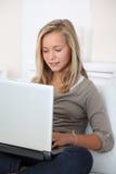 Retrato del adolescente con el ordenador Foto de archivo