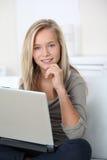 Retrato del adolescente con el ordenador Imagenes de archivo