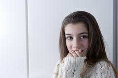 Retrato del adolescente con el pelo largo de la castaña Foto de archivo libre de regalías