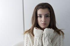 Retrato del adolescente con el pelo largo de la castaña Fotografía de archivo