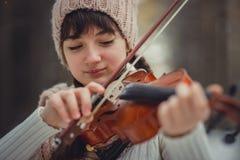 Retrato del adolescente con el violín Foto de archivo