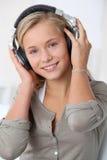 Retrato del adolescente con los auriculares Imagen de archivo libre de regalías