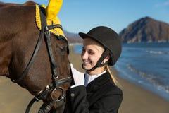 Retrato del adolescente con un caballo preferido Imagenes de archivo