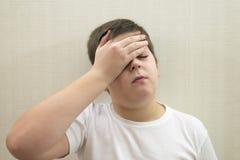 Retrato del adolescente con un dolor de cabeza Imágenes de archivo libres de regalías