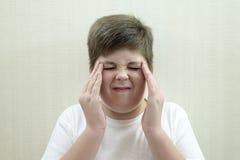 Retrato del adolescente con un dolor de cabeza Fotografía de archivo