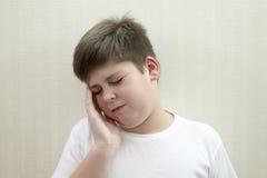 Retrato del adolescente con un dolor de cabeza Fotos de archivo