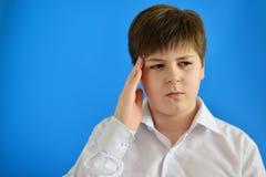 Retrato del adolescente con un dolor de cabeza Foto de archivo