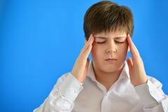 Retrato del adolescente con un dolor de cabeza Fotografía de archivo libre de regalías