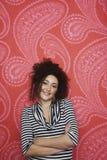 Retrato del adolescente contra el papel pintado colorido Imagenes de archivo