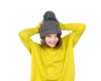Retrato del adolescente de risa en un sombrero divertido y un punto brillante Fotografía de archivo