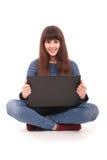 Retrato del adolescente del estudiante con el ordenador portátil Foto de archivo libre de regalías
