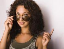 Retrato del adolescente divertido feliz con las gafas de sol Fotos de archivo