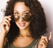 Retrato del adolescente divertido feliz con las gafas de sol aisladas Fotografía de archivo
