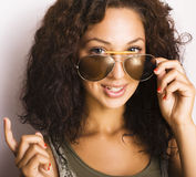 Retrato del adolescente divertido feliz con las gafas de sol aisladas Imágenes de archivo libres de regalías