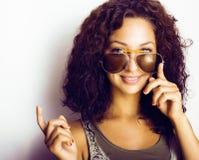Retrato del adolescente divertido feliz con las gafas de sol, l Fotos de archivo libres de regalías