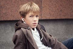 Retrato del adolescente en chaqueta, al aire libre Fotografía de archivo libre de regalías