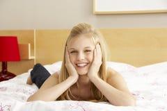 Retrato del adolescente en dormitorio Imágenes de archivo libres de regalías