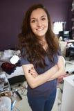 Retrato del adolescente en dormitorio desordenado Foto de archivo
