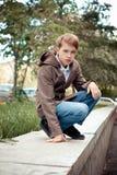 Retrato del adolescente en el fondo de la ciudad. Fotos de archivo libres de regalías