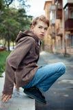 Retrato del adolescente en el fondo de la ciudad. Imágenes de archivo libres de regalías