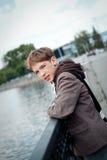 Retrato del adolescente en el fondo del río Fotos de archivo