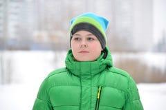 Retrato del adolescente en el invierno de la naturaleza Imágenes de archivo libres de regalías