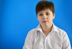 Retrato del adolescente en fondo azul Imagen de archivo