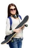 Retrato del adolescente en gafas de sol con el monopatín Fotografía de archivo