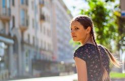 Retrato del adolescente en la calle de la ciudad Imagen de archivo libre de regalías