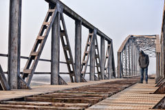 Retrato del adolescente en la depresión que se sienta en el puente en Imagen de archivo libre de regalías
