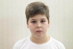 Retrato del adolescente en la luz del fondo Imagenes de archivo