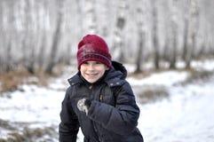 Retrato del adolescente en la madera nevada. Imagen de archivo