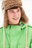 Retrato del adolescente en sombrero de piel de la nieve que desgasta Imagenes de archivo