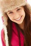 Retrato del adolescente en sombrero de piel de la nieve que desgasta Fotografía de archivo libre de regalías