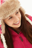 Retrato del adolescente en sombrero de piel de la nieve que desgasta Fotos de archivo libres de regalías