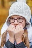 Retrato del adolescente en vidrios, soplando en sus manos para mantener caliente el frío Imágenes de archivo libres de regalías