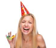 Retrato del adolescente feliz en casquillo con el ventilador del cuerno del partido Fotografía de archivo libre de regalías