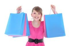 Retrato del adolescente feliz en rosa con los bolsos de compras Fotografía de archivo