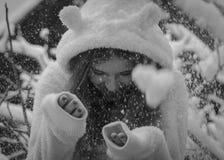 Retrato del adolescente feliz lindo en nieve, blanco y negro Tema del invierno Imágenes de archivo libres de regalías