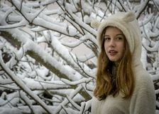 Retrato del adolescente feliz lindo en nieve Tema del invierno Foto de archivo libre de regalías