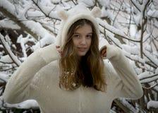 Retrato del adolescente feliz lindo en nieve Tema del invierno Fotografía de archivo libre de regalías